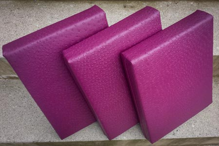 Sitzkissen aus violettem Straussenleder