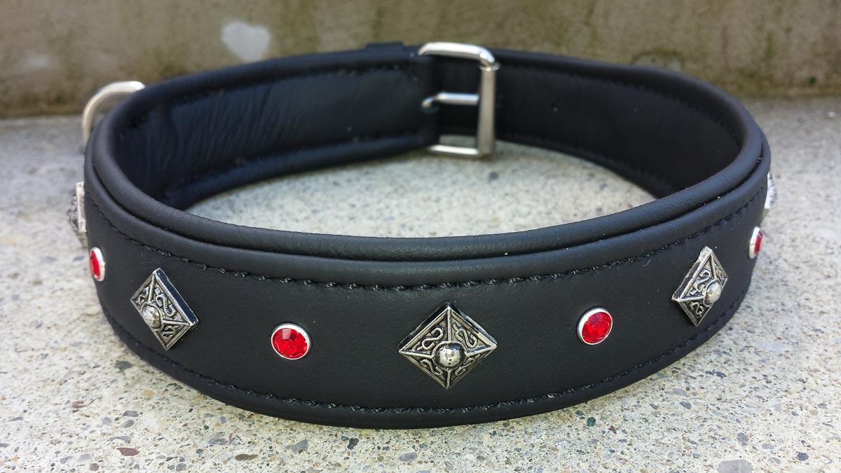 Hundehalsband aus Leder, schwarz mit Verzierung