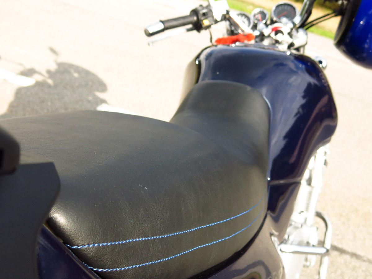 Motorradsattel aus Leder, blau abgenäht