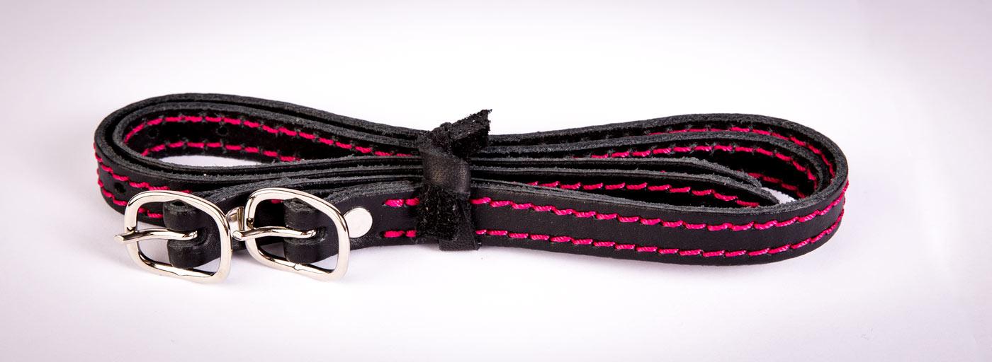 Sporenriemen in deinen Farben! Hier: Schwarzes Leder, Pink abgenäht.
